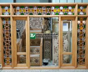 پنجره  چوبی ارسی شیشه رنگی ساخته شده با هنر گره چینی مشبک پروژه ویلا ی طرقبه مشهد-خراسان