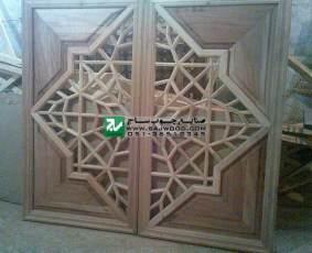 پنجره چوبی سنتی ساخته شده با هنر گره چینی مشبک به روش آلات چینی دست ساز پروژه مصلی تبریز-آذربایجان شرقی