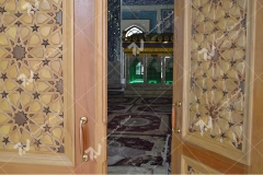 درب چوبی گره چینی طرح تند دوازده مرقد آیت الله حکیم - مجتمع شهید محراب ثقفی - عراق - نجف اشرف