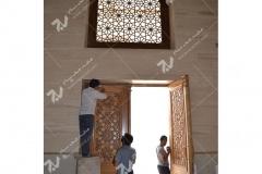 (1) درب چوبی گره چینی وپنجره چوبی مشبک موسسه تراث الشهید حکیم – عراق - نجف اشرف