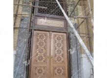 (8) نصب درب چوبی گره چینی و سردرب ورودی موسسه تراث الشهید حکیم – عراق - نجف اشرف