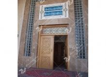 (7)درب چوبی با هنر گره چینی مشبک و توپر ورودی مسجد وحسینیه شهدای دانشگاه آزاد نیشابور