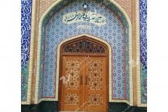 (1)درب چوبی گره چینی و مشبک شیشه رنگی حسینیه جان نثاران پنج باب الحوائج -17شهریور- مشهد مقدس