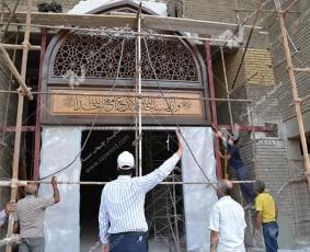 نصب درب چوبی گره چینی سنتی ورودی شبستان مجتمع شهید محراب ثقفی