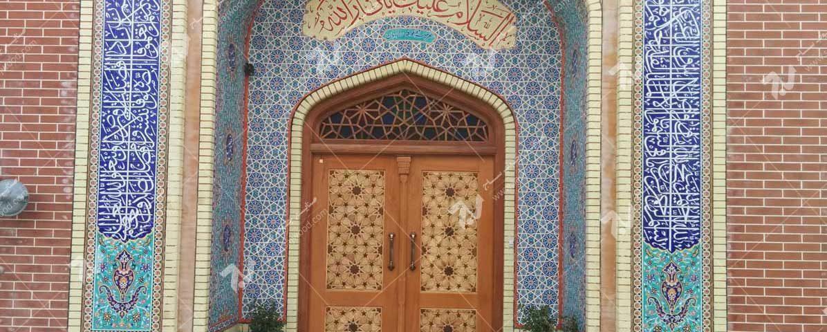 درب چوبی سنتی گره چینی با شیشه های رنگی حسینیه جان نثاران مشهد