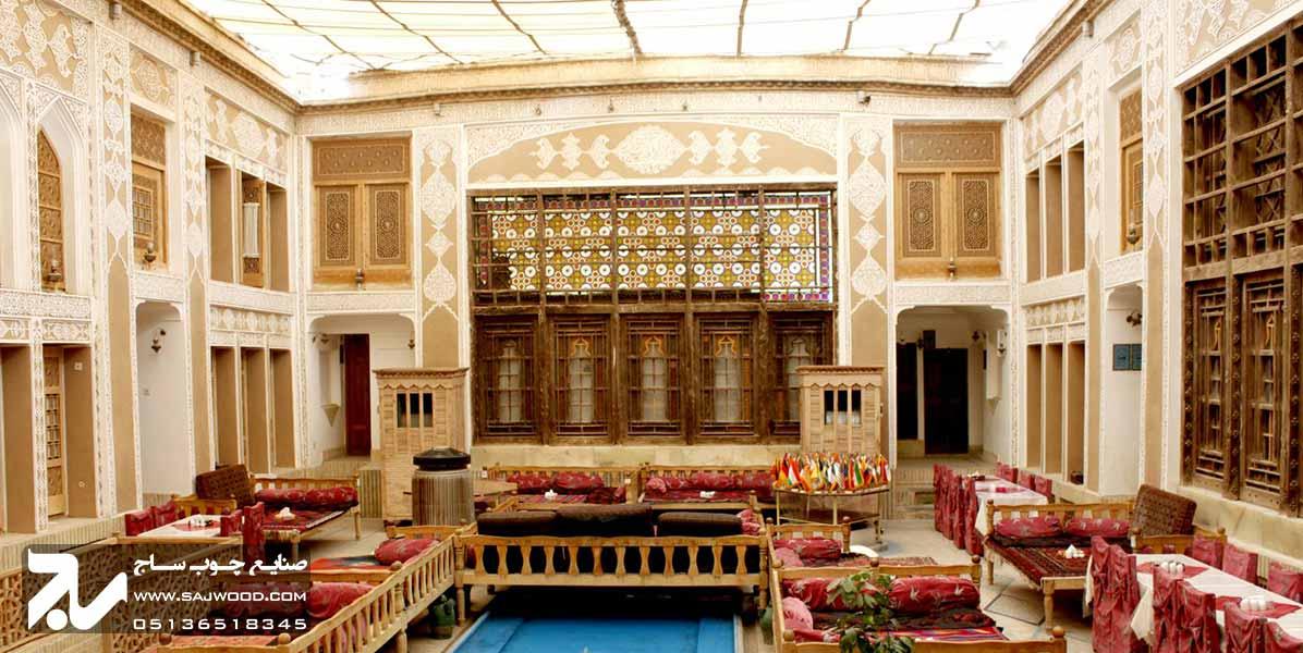 پنجره ارسی سنتی چوبی شیشه رنگی هتل ملک التجار یزد
