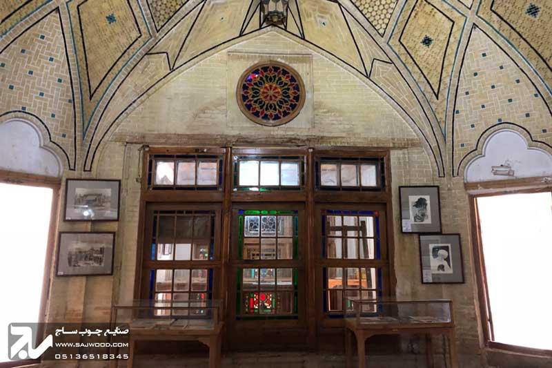 پنجره ارسی چوبی سنتی شیشه رنگی موزه و خانه فروغ الملک