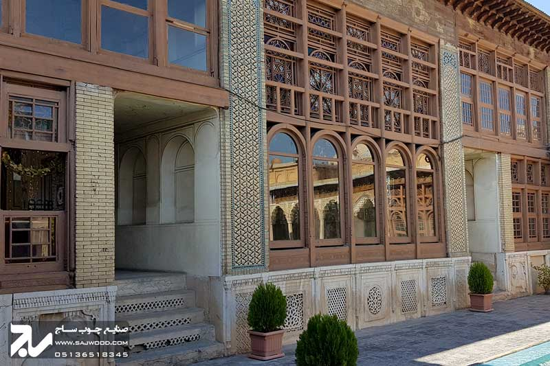 پنجره سنتی چوبی ارسی شیشه رنگی موزه و خانه فروغ الملک