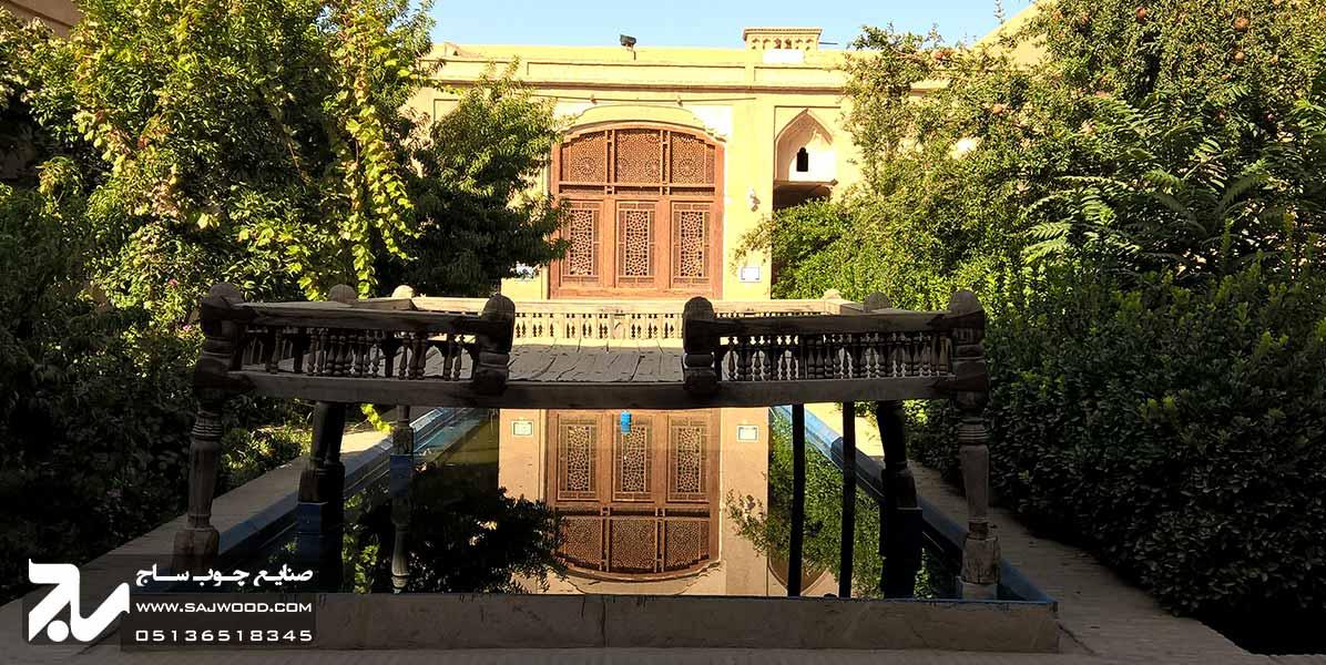 پنجره سنتی چوبی ارسی شیشه رنگی گره چینی خانه و موزه لاری ها یزد