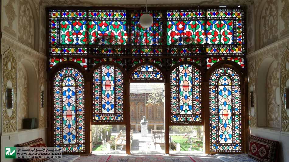 پنجره ارسی سنتی با هنر گره چینی ترکیبی از قواره بری چوب و شیشه های رنگی طرح بته جقه