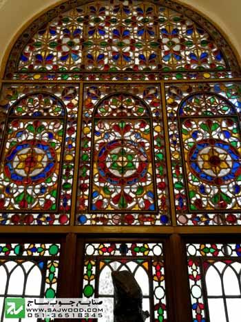 نقش اسلیمی و جقه در پنجره ارسی با شیشه های رنگی و قواره بری