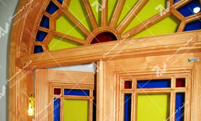 پنجره چوبی سنتی ارسی شیشه رنگی گره چینی مشبک طرح شمس کد W201