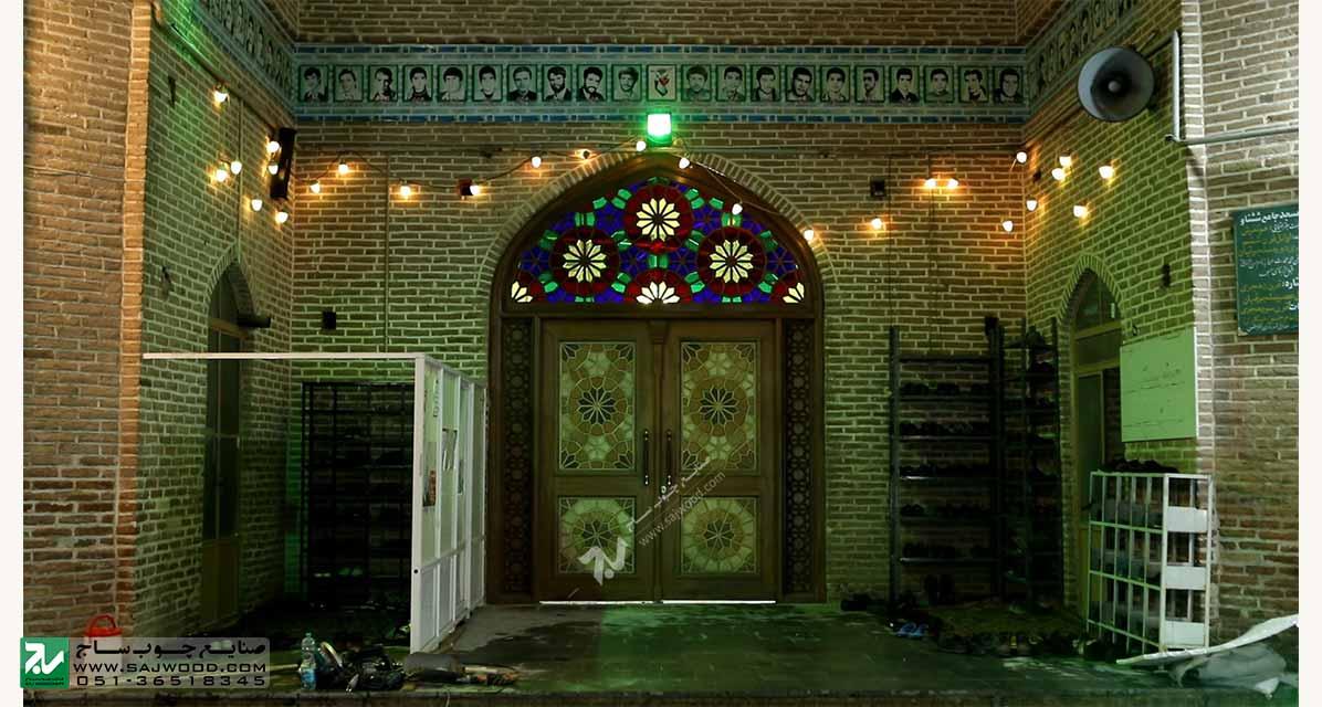 درب چوبی سنتی مسجد گره چینی با شیشه رنگی و ارسی در مجموعه تاریخی 1200 ساله شش ناو تفرش